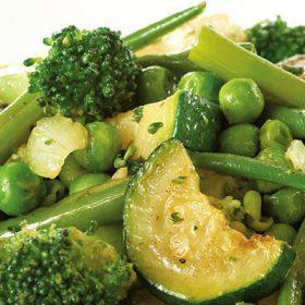 Teller mit Grünen Gemüse wie Zucchini, Erbsen und Brokkoli und grünen Bohnen